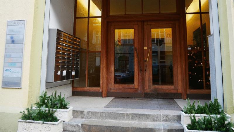 Haupteingang zum Firmensitz der EMO System GmbH